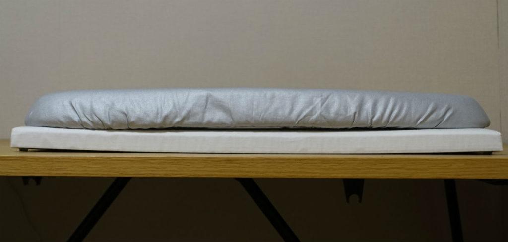 平型アイロン台とMUJIの脚付きアイロン台 厚み