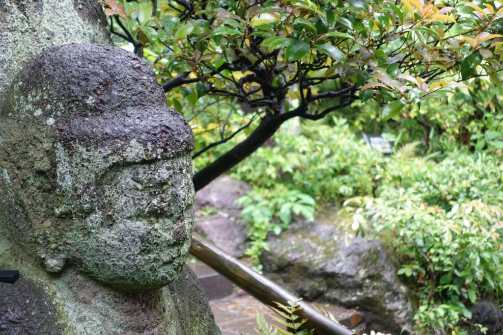 根津美術館 庭園 散在する石仏
