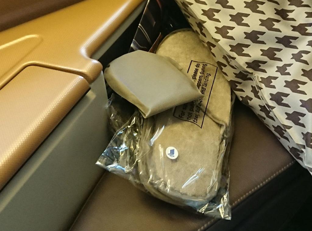 羽田 SQ631 ビジネスクラス アイマスクとスリッパと靴下