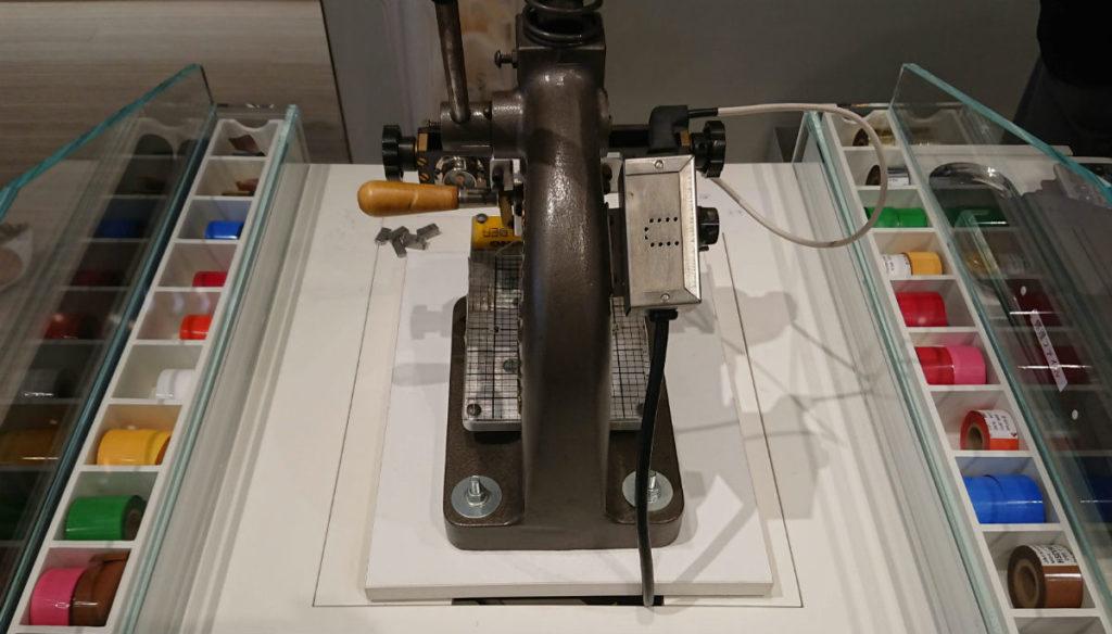 TUMI 表参道 刻印用の機械