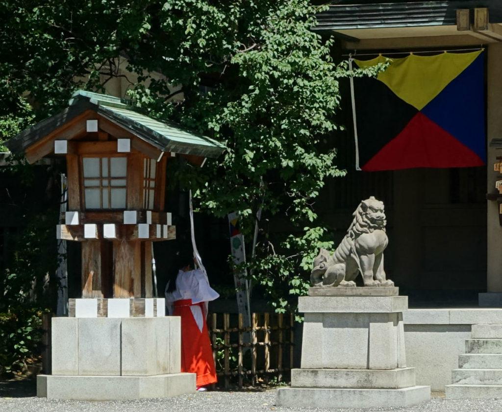 原宿 東郷神社 幟 奉納してくれる巫女さん