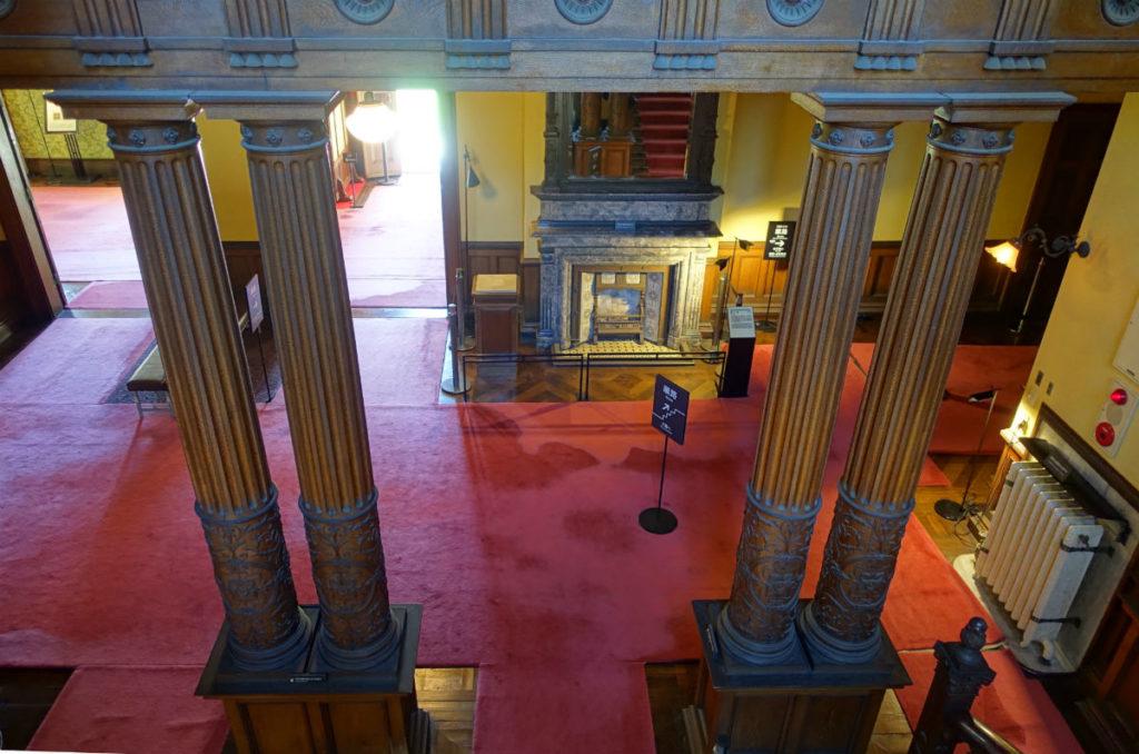 旧岩崎庭園 洋館 階段から廊下ホールと暖炉を見下ろす