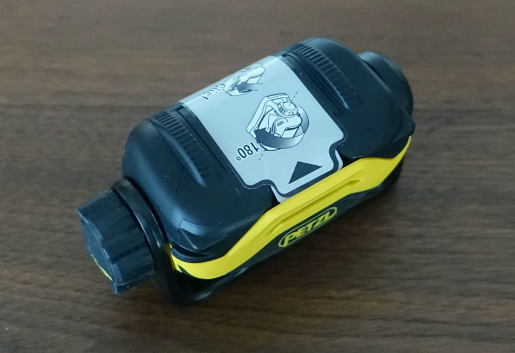 Petzl PIXA2 電池入れる2