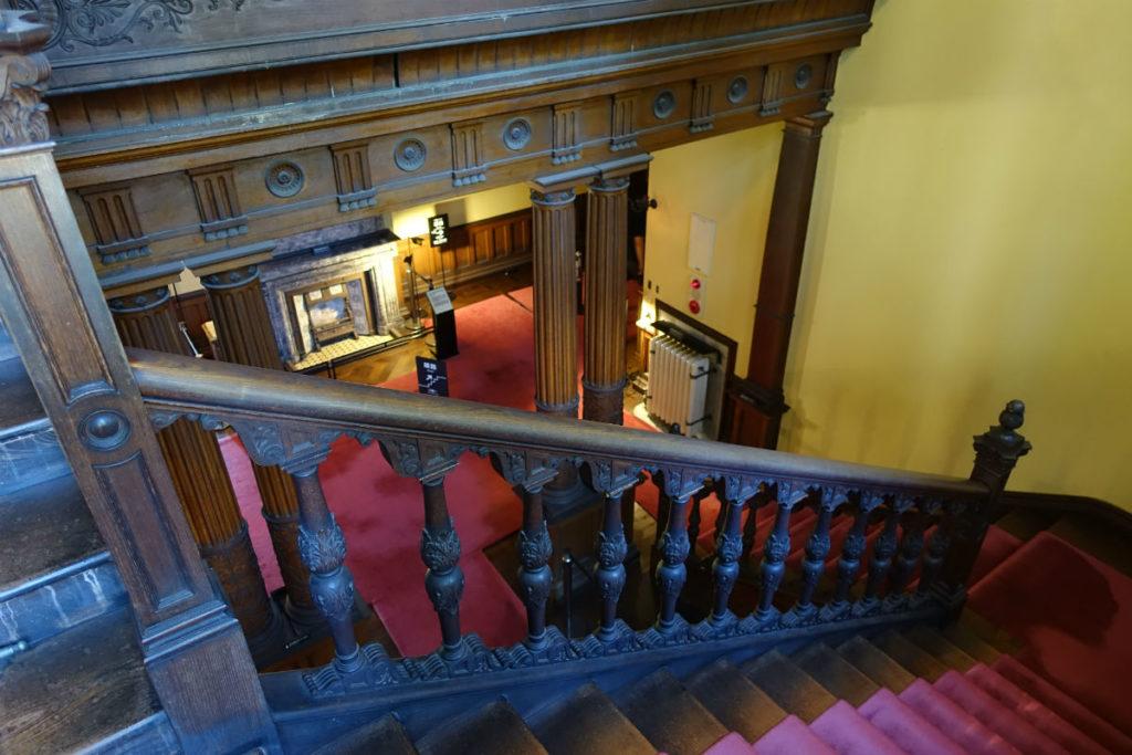 旧岩崎庭園 洋館 階段中程から下を眺める