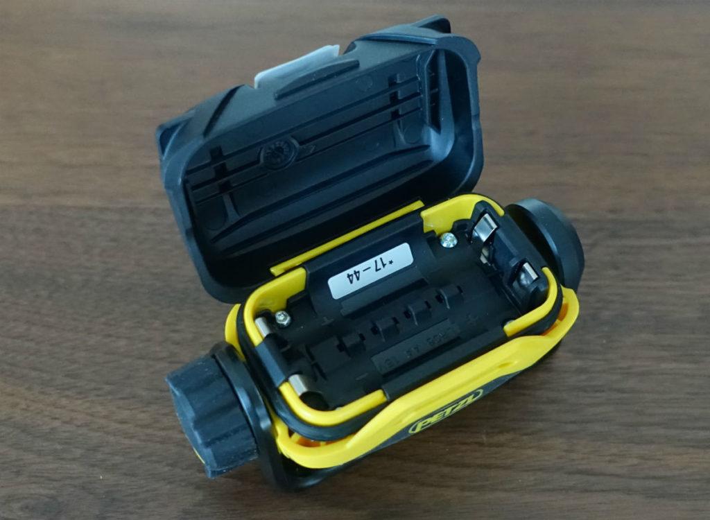 Petzl PIXA2 電池入れる3
