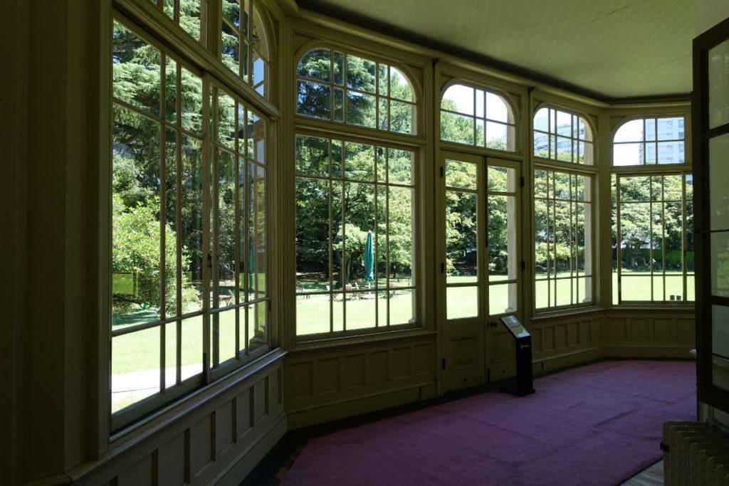 旧岩崎庭園 洋館1F サンルームから庭を眺める