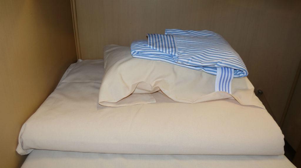 サンライズ出雲 2Fシングル 枕とブランケットと寝間着