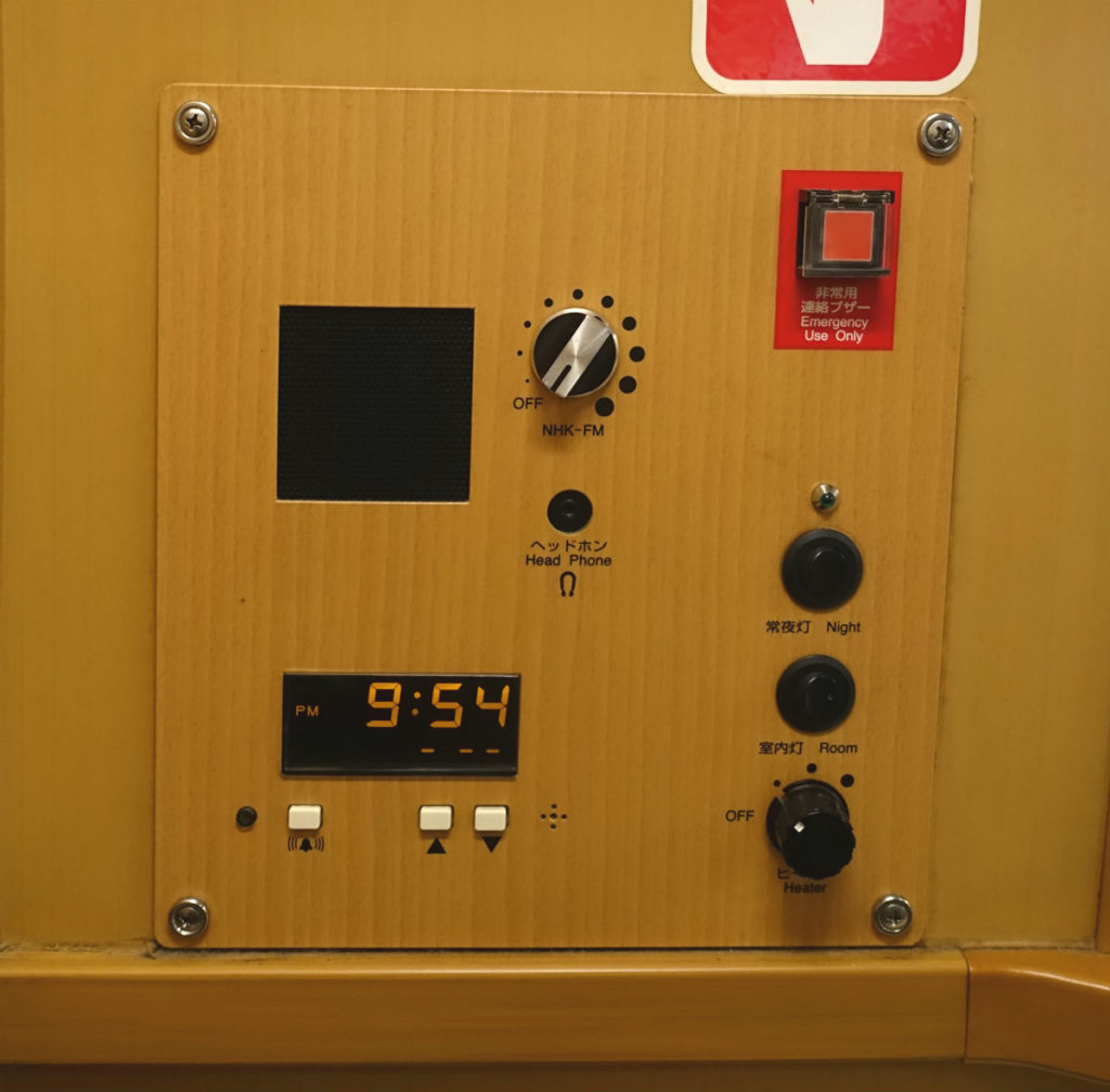 サンライズ出雲 2Fシングル 頭側 ラジオや照明、ヒーターのスイッチ