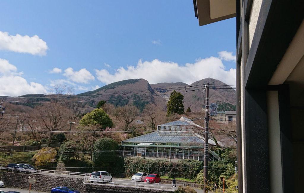 強羅雪月花 翠雲 和フォース バルコニーからの眺め 強羅公園の奥に箱根山大涌谷方向
