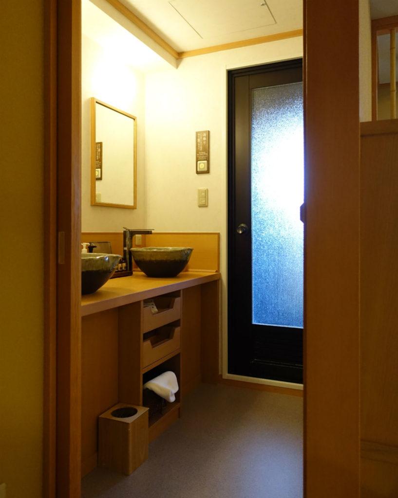 強羅雪月花 翠雲 和フォース 客室から洗面所 奥にはシャワー室と露天風呂