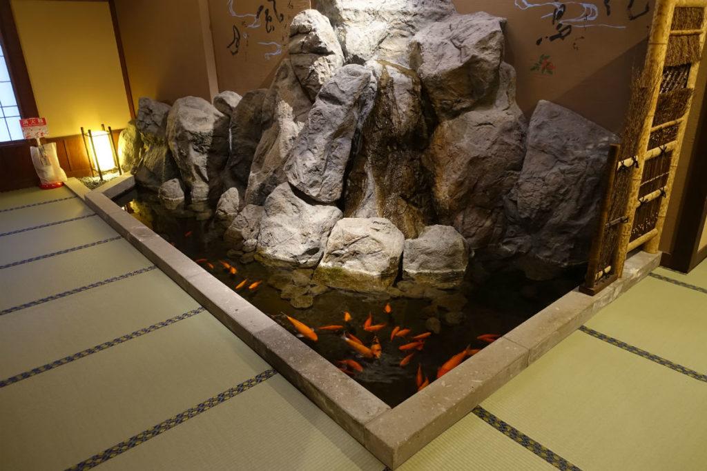 小樽 宏楽園 館内廊下の池と金魚