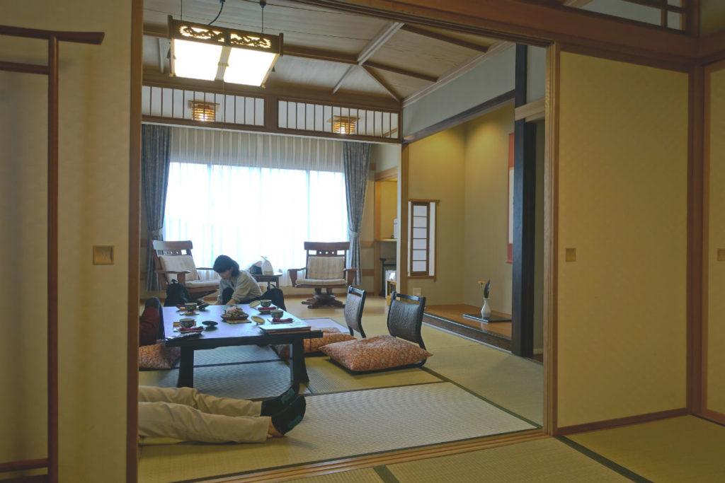 小樽 宏楽園 客室 次の間から居間 縁側へ