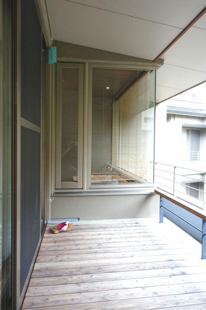 滝の家 客室AW バルコニーから客室の浴室を見る