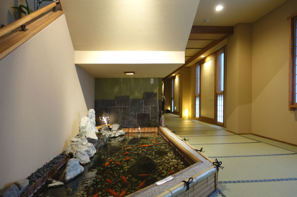 小樽 宏楽園 館内廊下の池と金魚 2