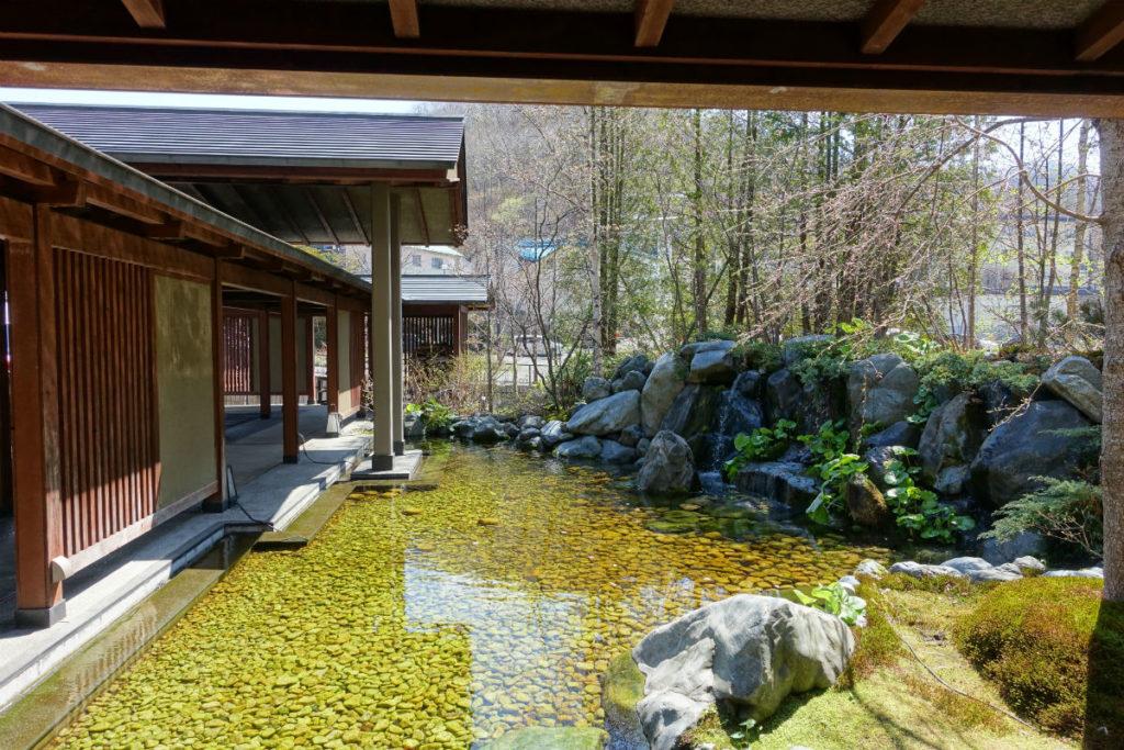 滝の家 玄関付近の水景
