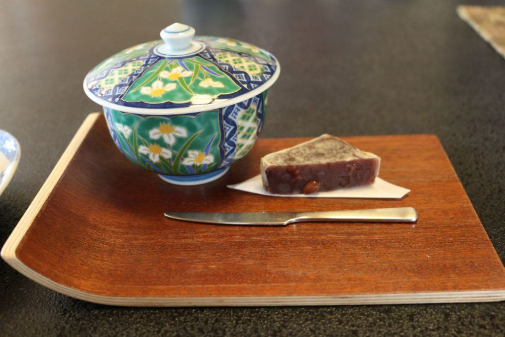 小樽 宏楽園 客室にてお茶とお菓子