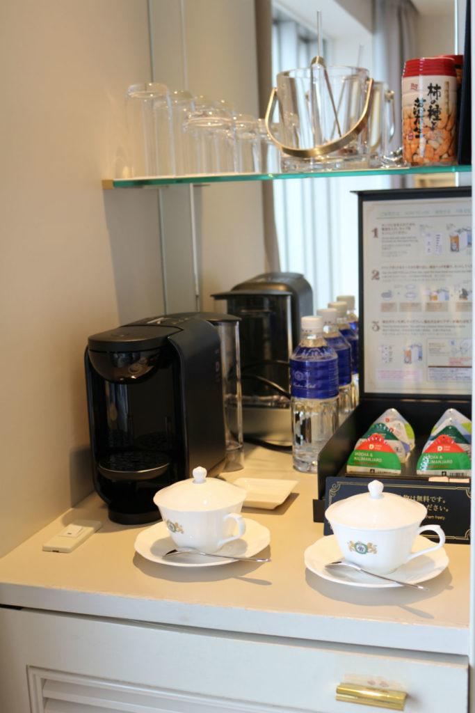 ウィンザーホテル洞爺 カジュアル ツイン部屋 ティーカップやソフトドリンクセット