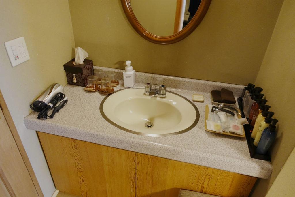 小樽 宏楽園 露天風呂無し和室客室 洗面台とアメニティー類