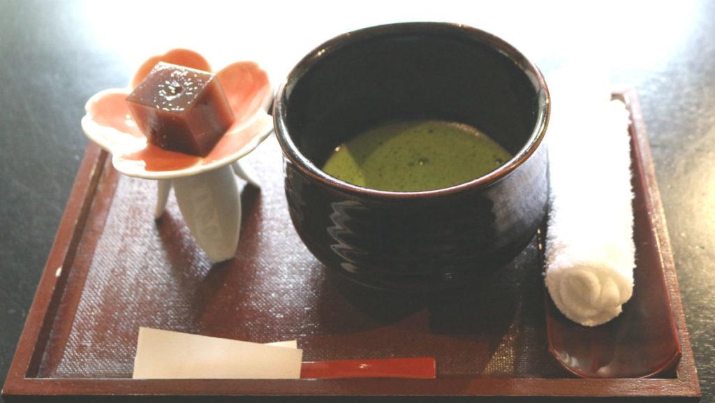 滝の家 ウェルカムドリンク 抹茶とお菓子