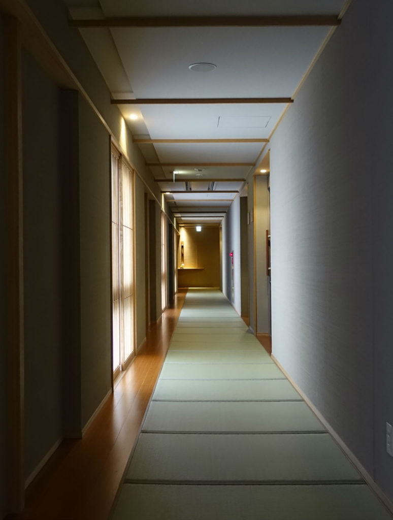 滝の家の客室廊下