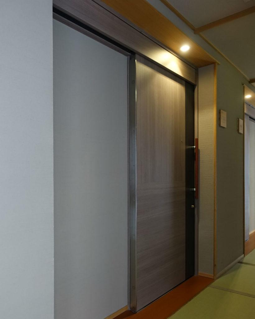 滝の家 客室玄関 引き戸廊下側
