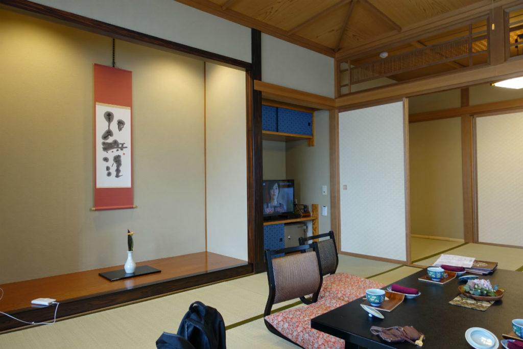 小樽 宏楽園 露天風呂無し和室客室 居間 床の間とTV