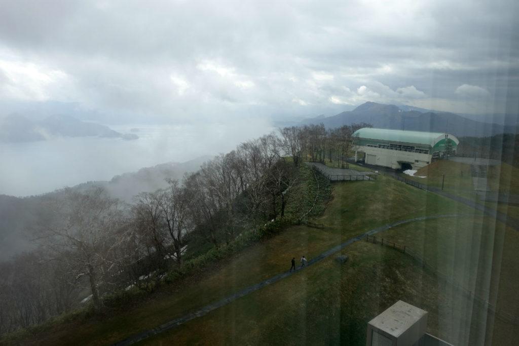 ウィンザーホテル洞爺 翌朝一瞬見えた洞爺湖とサミットキャビン