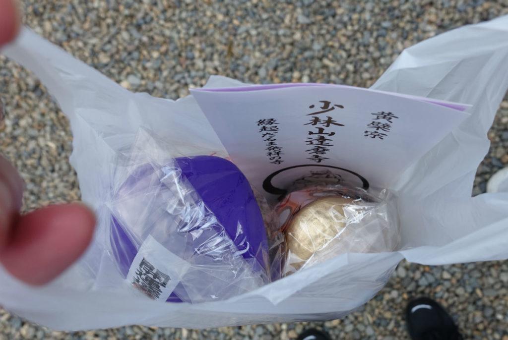 群馬高崎少林山達磨寺 金と紫のミニダルマ入手