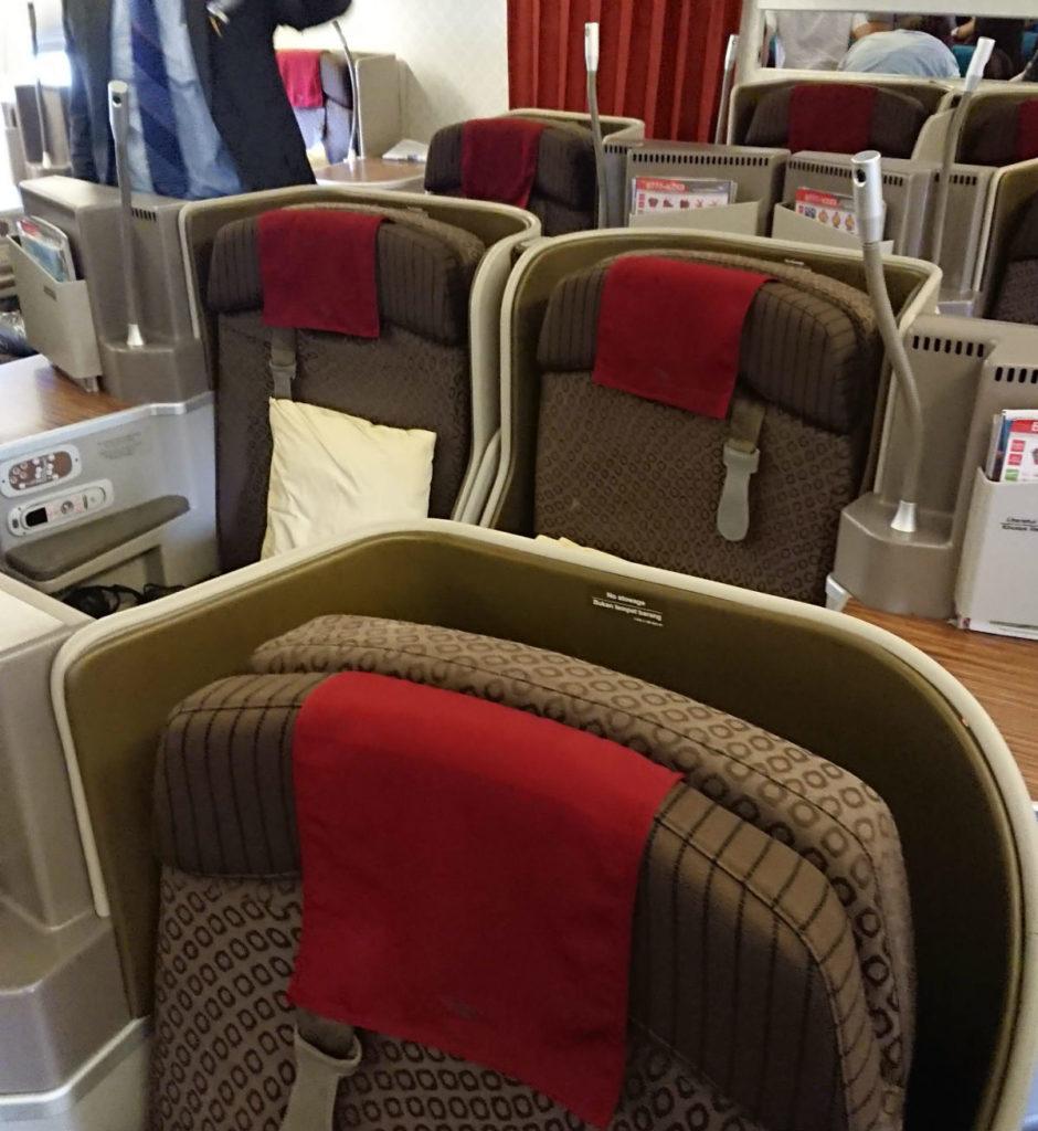 ガルーダインドネシア航空 GA880 881 ボーイング777-300ER ビジネスクラス 全景 互い違いの座席