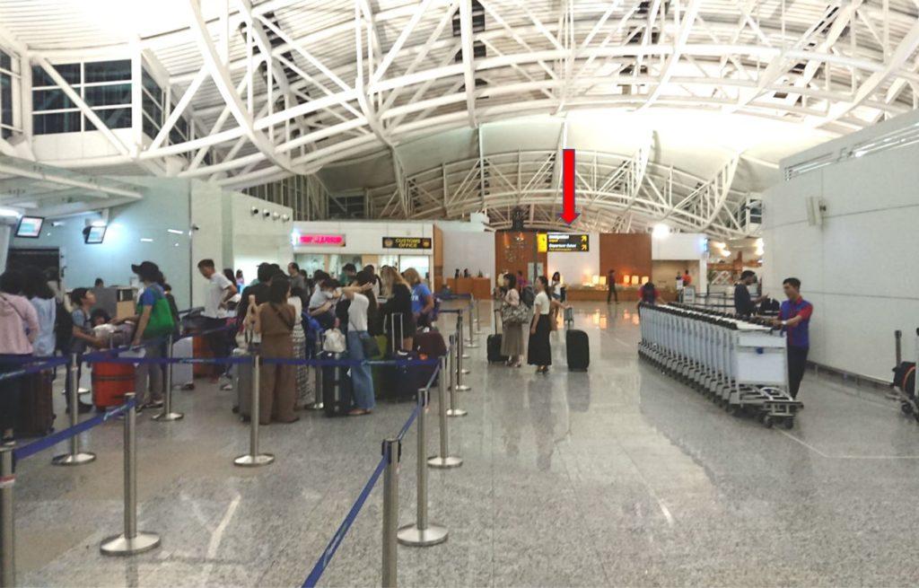バリデンパサール ングラ・ライ国際空港 ガルーダインドネシア航空のビジネス・ファーストのチェックインカウンター