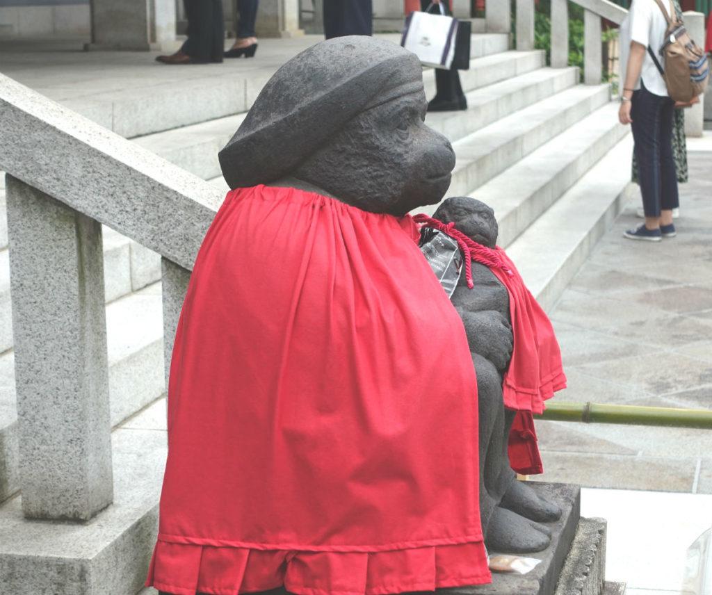 日枝神社 山王神社 本殿正面向かって左の雌の神猿