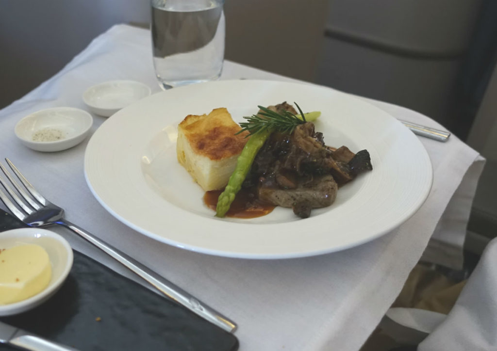 ガルーダインドネシア航空 GA 881 ボーイング777-300ER ビジネスクラス 機内食 洋食メイン ビーフ