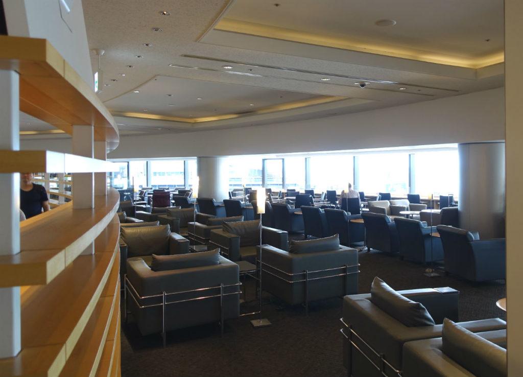 成田空港第一ターミナル4F デルタ スカイクラブ たくさんのソファ