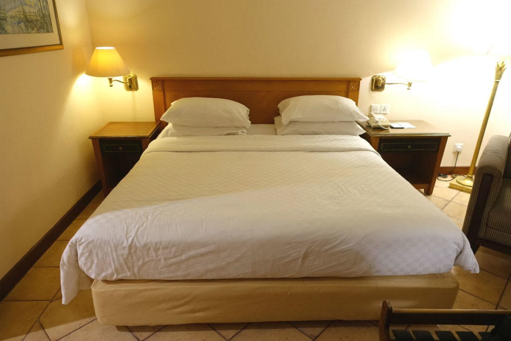 ハイアットリージェンシー ジョグジャカルタ ダブルの部屋 ベッド周囲