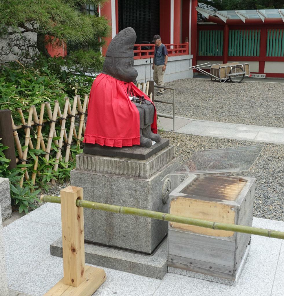 日枝神社 山王神社 本殿正面向かって右の雄の神猿