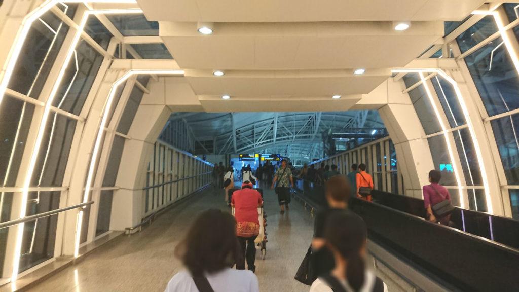 バリ ングラ・ライ国際空港 入り口通路