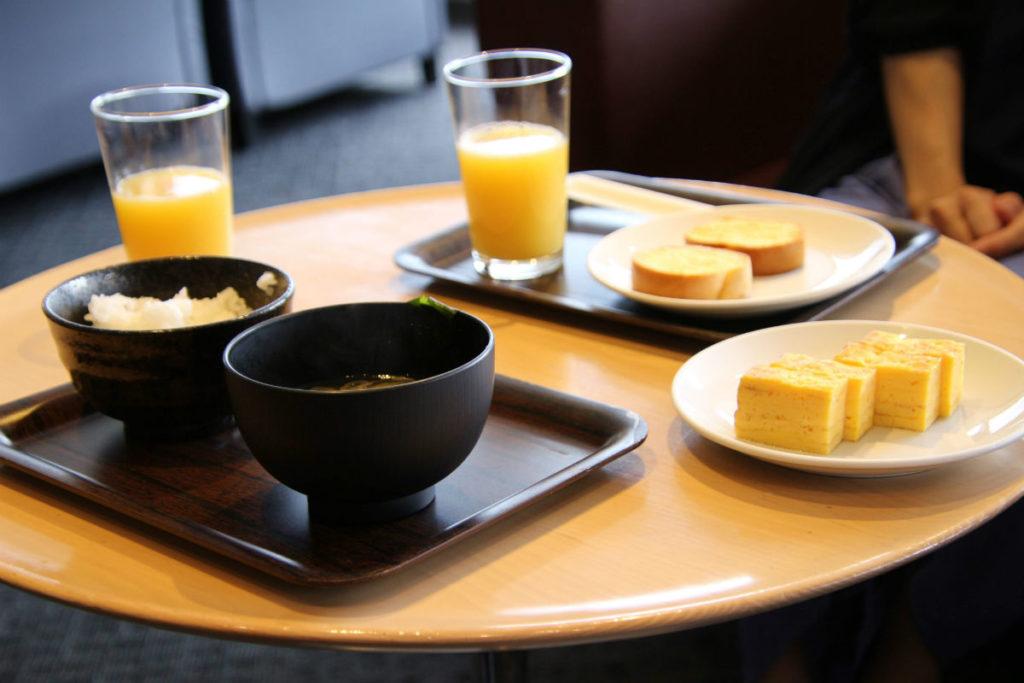 成田空港第一ターミナル4F デルタ スカイクラブ ご飯味噌汁とだし巻き卵