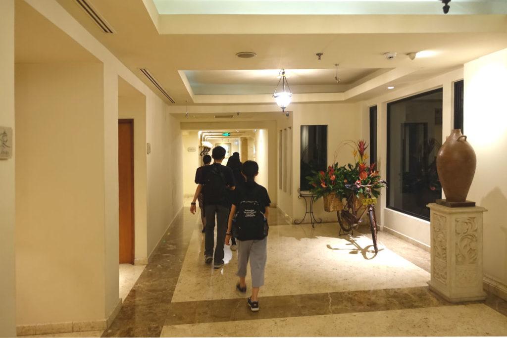 ハイアットリージェンシー ジョグジャカルタ ロビーからエレベーターホールへ向かう通路