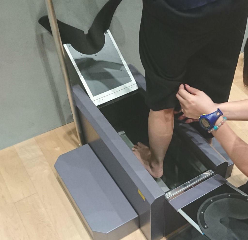 アシックスフラッグシップストア原宿 Foot ID 足の三次元測定 片足ずつ挿入