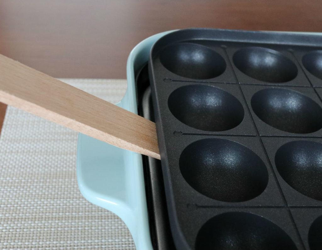 BRUNO コンパクトホットプレート 附属の木製へらでプレートを挙上