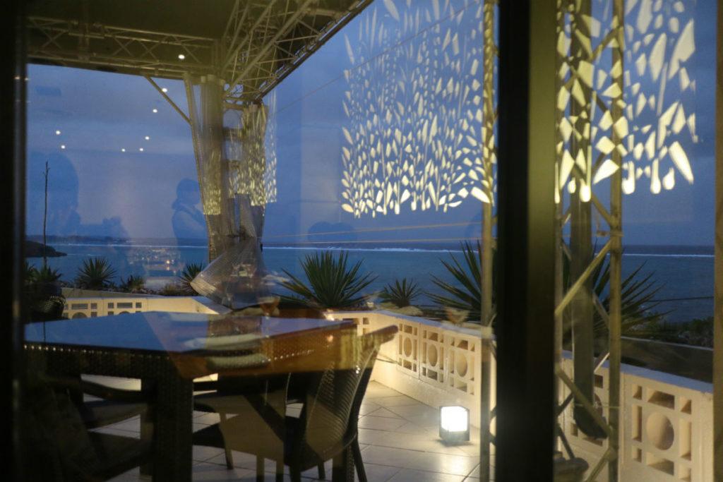カフーリゾートフチャク コンド・ホテル ホテル棟 Orange 夕方の窓側の席とテラスと海